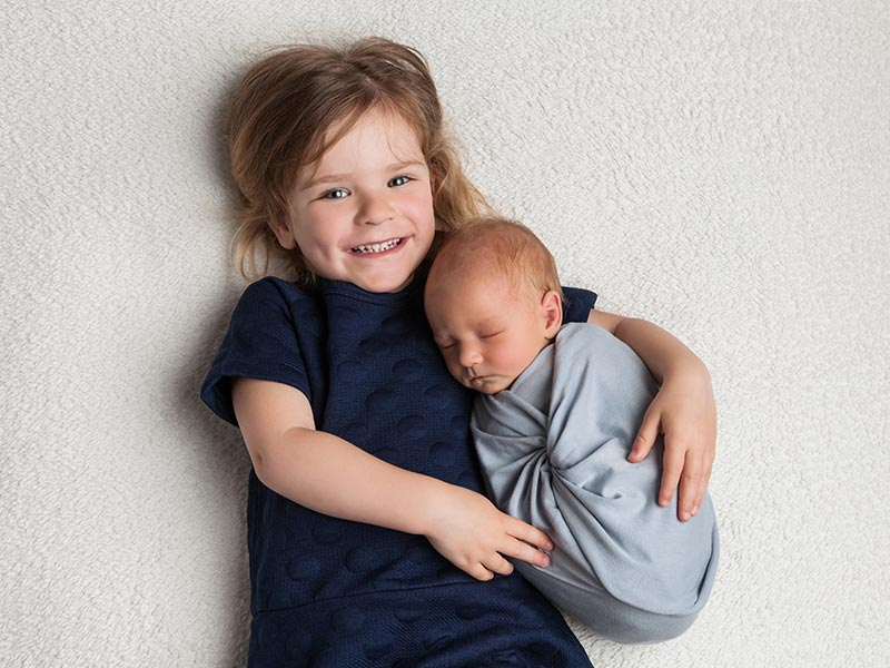 Baby mit großer Schwester, Neugeborenes