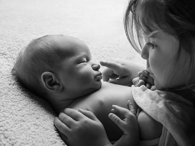 Babyfoto mit großer Schwester
