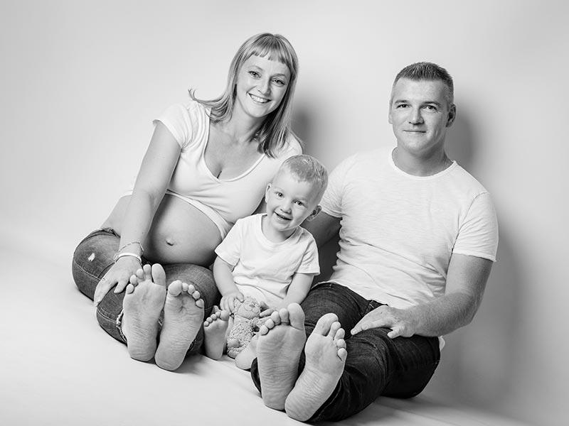 Foto Schwangerschaft schwarz-weiß mit Mann und Kind
