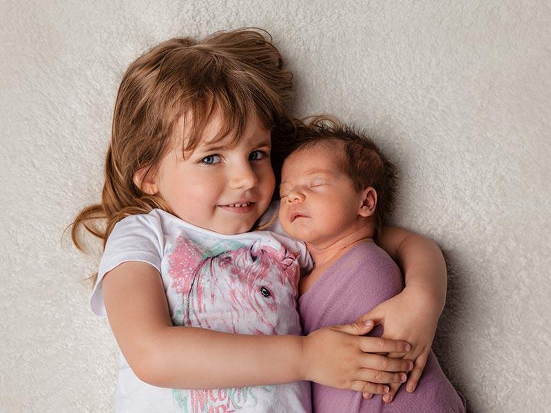 Baby Foto mit großer Schwester, Neugeborenes