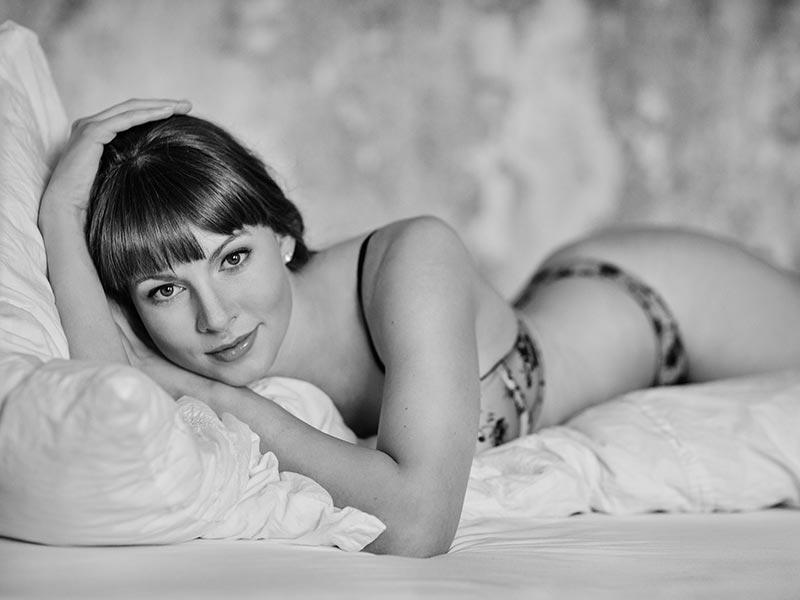 schwarzweiß Portraitfoto, Frau in Dessous