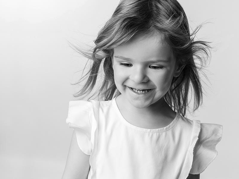schwarzweiß Foto Kind lachen