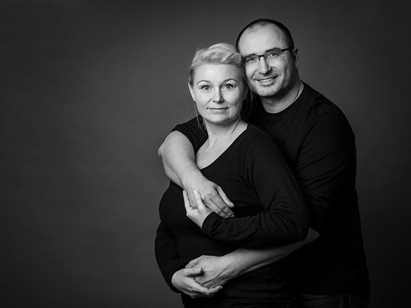 Paarfoto im Fotostudio schwarzweiß