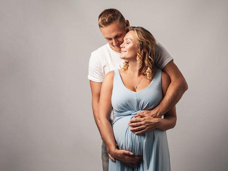 Schwangerschaftsfoto im Fotostudio mit Partner in Meißen